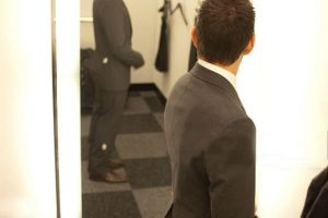 how-to-buy-your-first-suit-try-it-on-2-1
